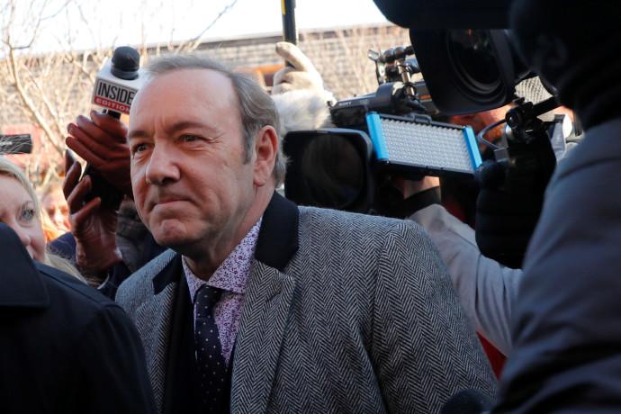 קווין ספייסי מגיע לבית המשפט במסצ'וסטס לשימוע בגין החשדות לתקיפה מינית