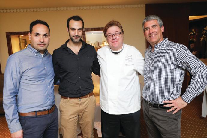 """מימין: מנכ""""ל יקבי כרמל נדב ארנס, השף ויקטור קלוגר ואנשי היקב רן אסא ויוסי אדרי"""