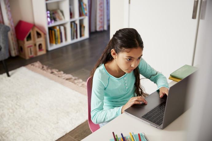 ילדה מול מחשב, צילום אילוסטרציה
