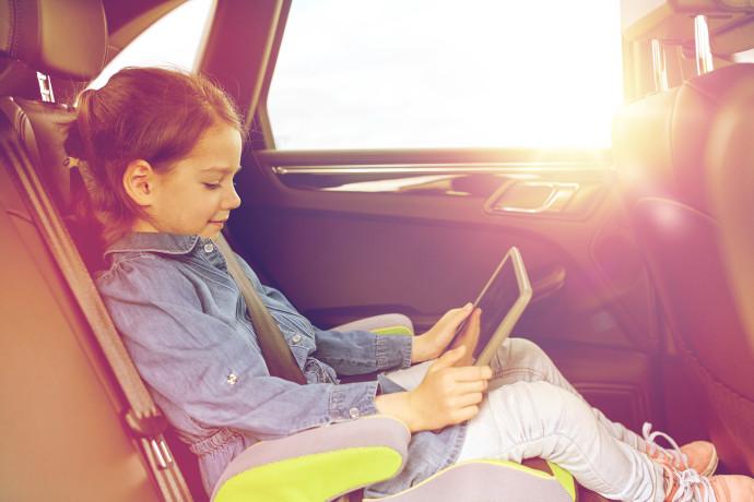 ילדה נוסעת ברכב