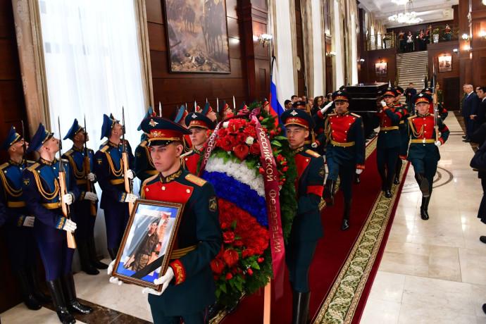 משמר כבוד רוסי עם תמונתו של זכריה באומל