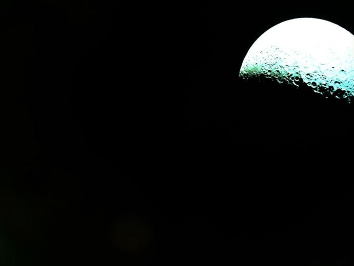 הירח ממרחק 2,500 קילומטרים