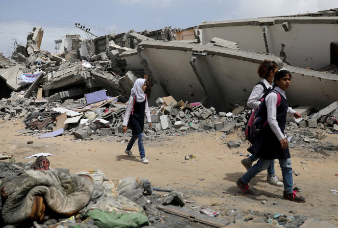 תלמידות ליד בניין הרוס ברצועת עזה