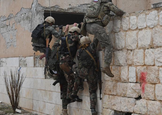 חיילים רוסים מאמנים חיילים מהצבא הסורי