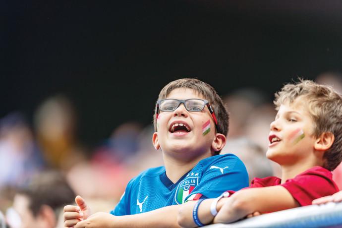 רבבות אוהדים בכל משחק. ילדים צופים בכדורגל נשים