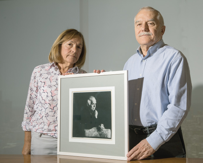 יאיר וגלעדה עם תמונתו של אביהם, יצחק שמיר
