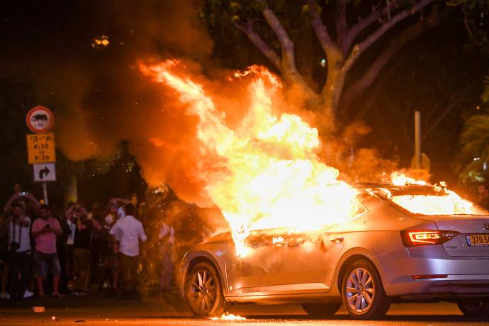שריפת רכב בצומת עזריאלי במהלך מחאת יוצאי אתיופיה