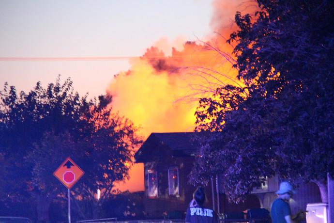 בית עולה באש לאחר רעידת אדמה בקליפורניה