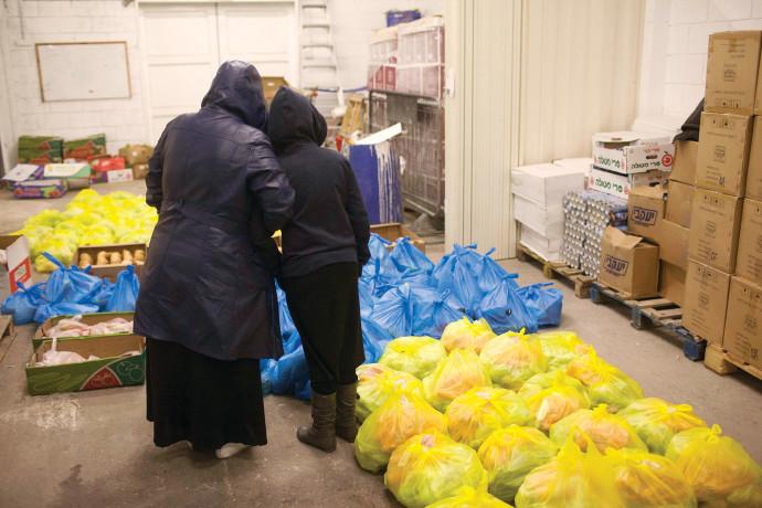 שתי נשים באירוע של חלוקת מזון, אילוסטרציה (למצולמות אין קשר לנאמר בכתבה)