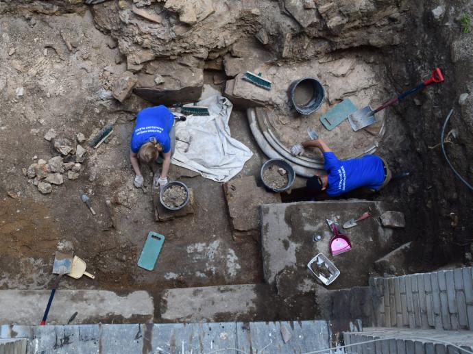 צווות החפירה חושף את בסיס אחד העמודים הענקיים שתמכו את תקרת בית הכנסת בוילנה