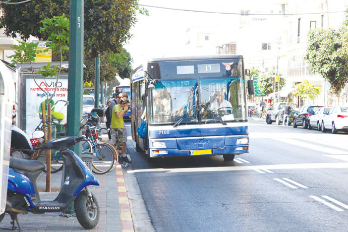 אוטובוס של דן בתל אביב, ארכיון (למצולמים אין קשר לנאמר בכתבה)