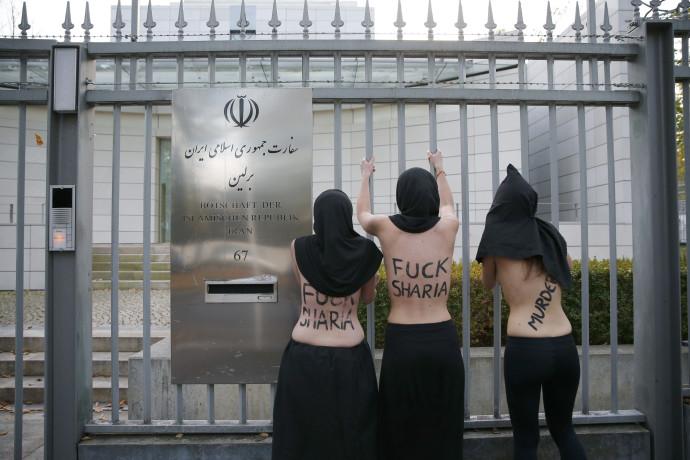 מחאה נגד הפגיעה בזכויותיהן של הנשים מול שגרירות איראן בברלין