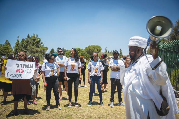 """מפגן מחאה מול הכנסת, לאחר הרג הצעיר סלומון טקה בקיץ השנה. """"לאפשר להם מיצוי מיטבי של ערוצי ההשכלה הגב"""