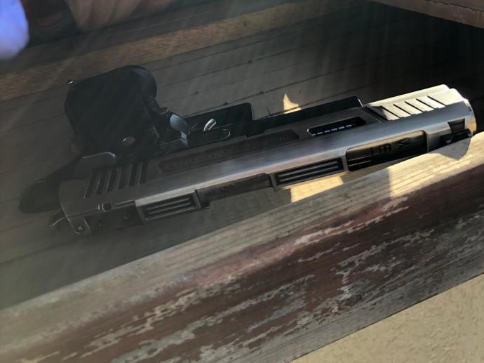 אקדח שאותר על גג בית הכנסת