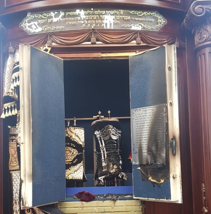 ארון הקודש הפרוץ בבית הכנסת באיאן במודיעין עילית
