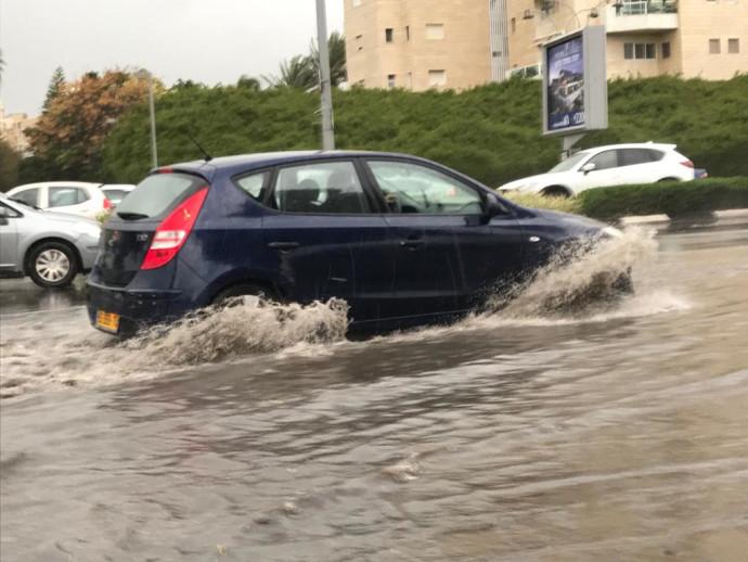 רכב תקוע בהצפה