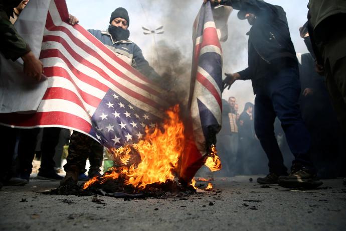 מפגינים באיראן שורפים דגל ארצות הברית