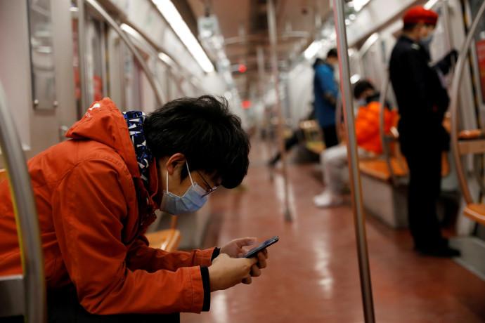 נוסע לובש מסיכה ברכבת בבייג'ינג