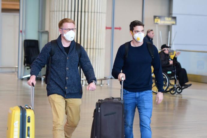 """נגיף הקורונה: ישראלים עוטים מסכות בנתב""""ג (למצולמים אין קשר לכתבה)"""