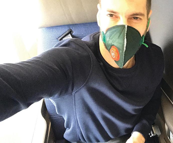 חיים אתגר במטוס