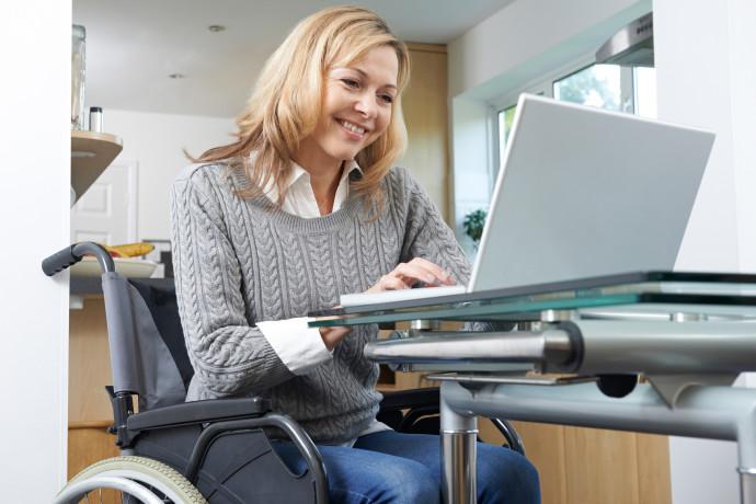 אישה בכסא גלגלים