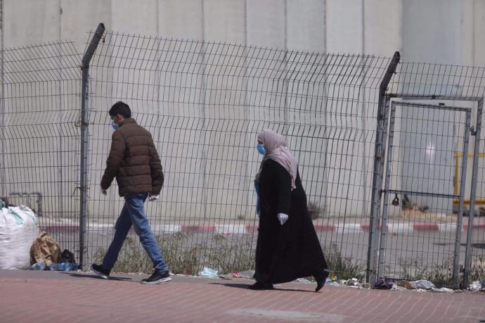 קורונה: פלסטינים מהגדה חוצים את המחסום לישראל