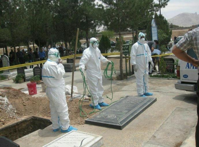 מכינים חלקת אדמה לקבורה של אלפים בטהרן