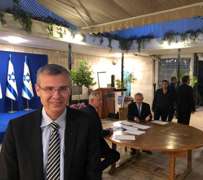 נתניהו, גנץ ויריב לוין בחתימה על ההסכם לממשלת אחדות