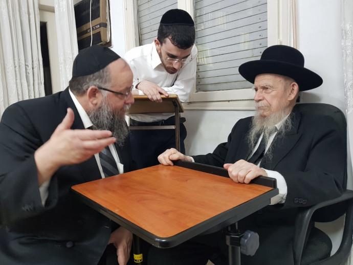 הרב ישעיהו הבר עם מרן ראש הישיבה הרב אדלשטיין לפני מספר חודשים
