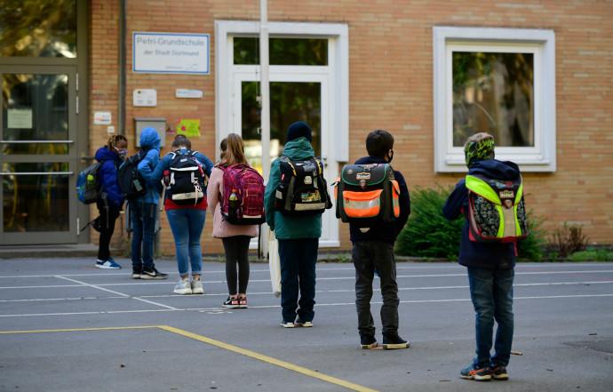 קורונה - תלמידים ממתינים בכניסה לבית ספר בגרמניה