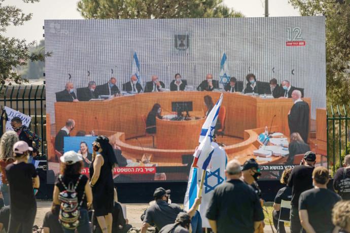 """מפגינים צופים בדיון בבג""""ץ"""