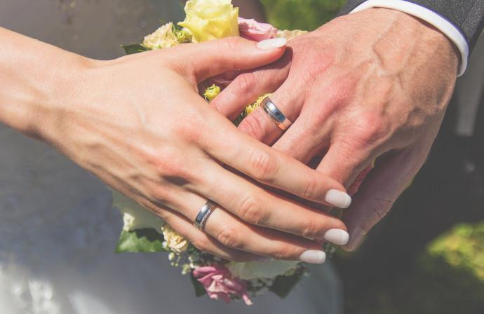 בני זוג מחזיקים ידיים, אילוסטרציה (למצולמים אין קשר לנאמר בכתבה)
