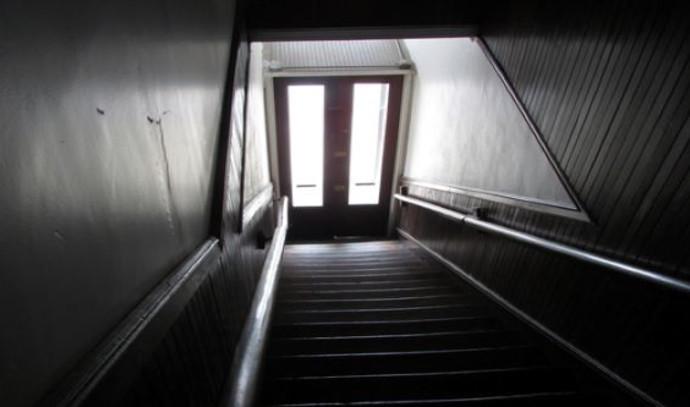 חדר מדרגות חשוך