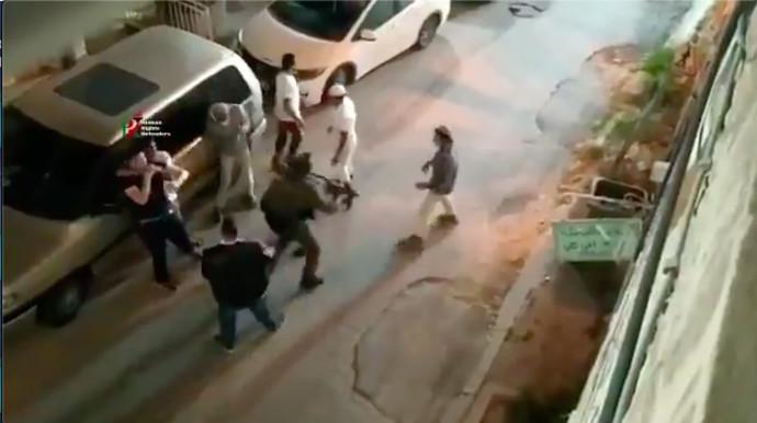 עימות בין פלסטיני לקבוצת מתנחלים בחברון