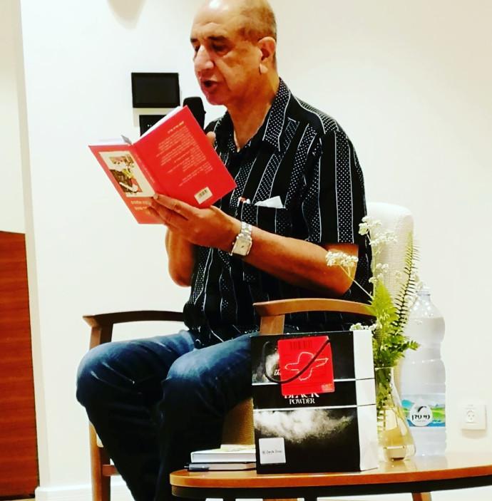 רוני סומק מקריא מספרו החדש