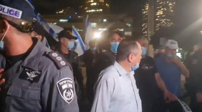 אמנון אברמוביץ' מותקף על ידי פעילי ימין