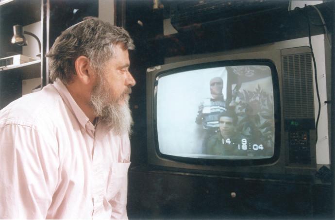 """יהודה וקסמן צופה בקלטת של בנו נחשון ז""""ל"""