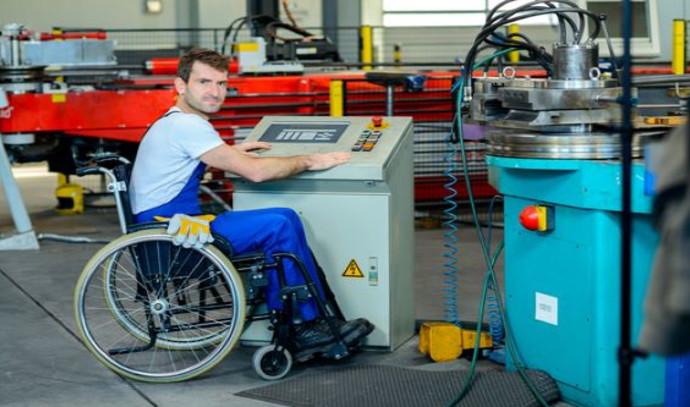 עובד בכיסא גלגלים