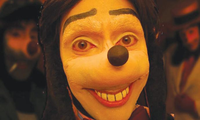 ג'ונתן גלינדו בדמות הכלב
