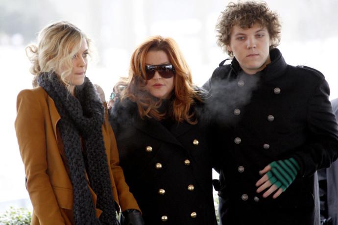 בנג'מין קיאוף עם אמו ליסה מארי פרסלי ואחותו ריילי קיאוף