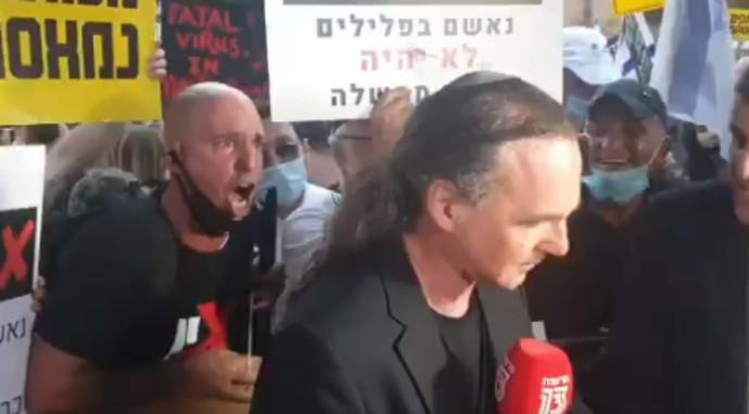 מפגינים תוקפים את אבישי בן חיים במהלך ההפגנות