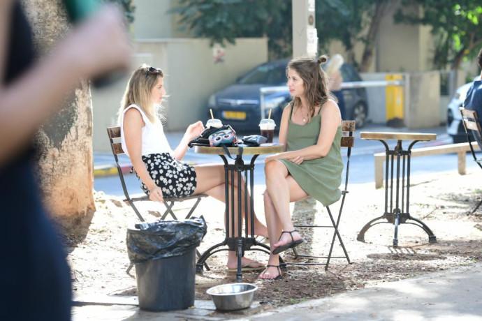 """קורונה: המסעדות בת""""א הוציאו את הכיסאות לרחוב"""