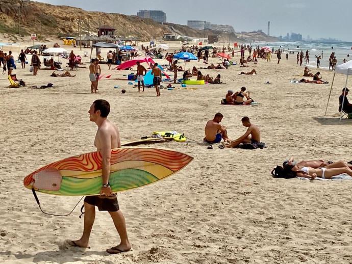 רוחצים בחוף הים בהרצליה