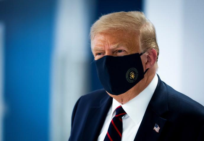 """נשיא ארה""""ב דונלד טראמפ עם מסכה"""