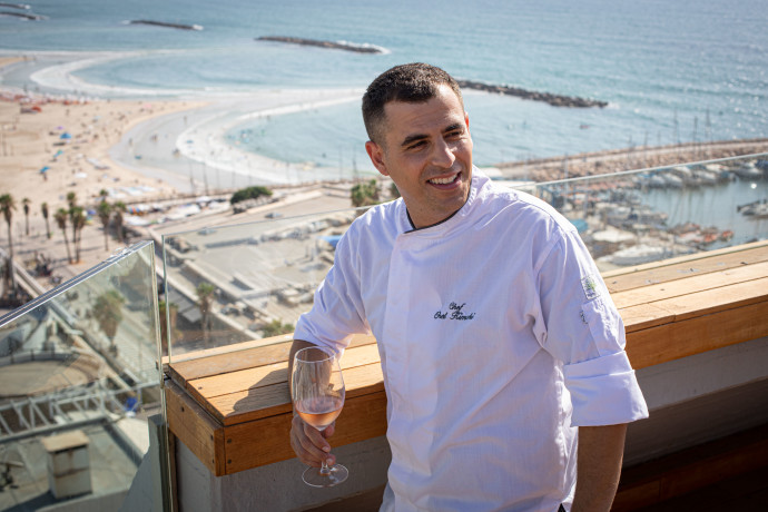 השף אוראל קימחי על גג מלון קרלטון
