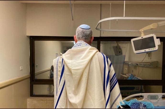 בני גנץ מתפלל לפני הניתוח