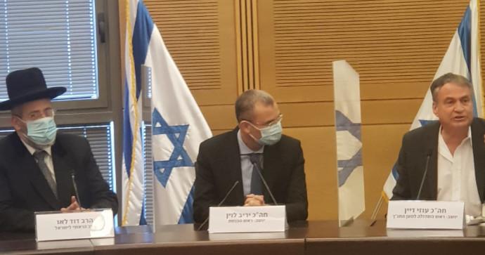 בתמונה מימין: עוזי דיין, יריב לוין, הרב הראשי הרב דוד לאו
