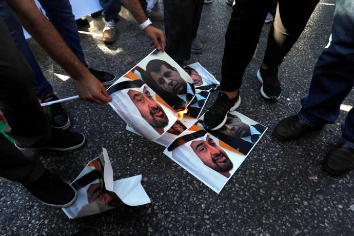 פלסטינים שורפים את תמונותיהם של בן זאיד ודחלאן במחאה על ההסכם בין ישראל לאיחוד האמירויות