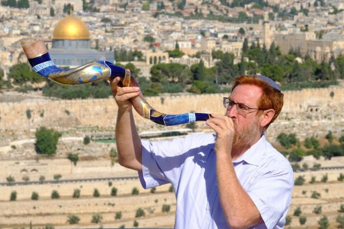 """חכ""""ל יהודה גליק תוקע בשופר בסמוך להר הבית"""