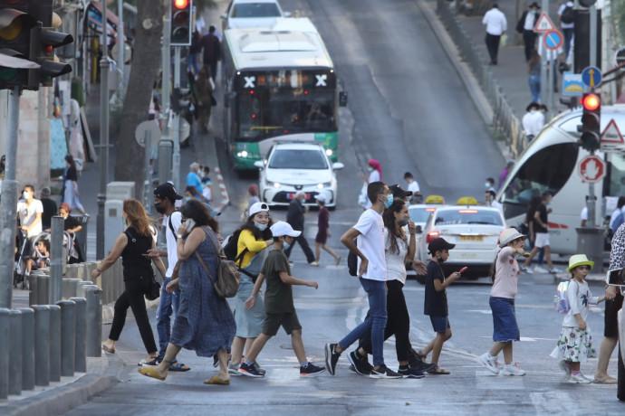 קורונה בישראל - אנשים הולכים ברחוב עם מסכה (אילוסטרציה, למצולמים אין קשר לנאמר בכתבה)